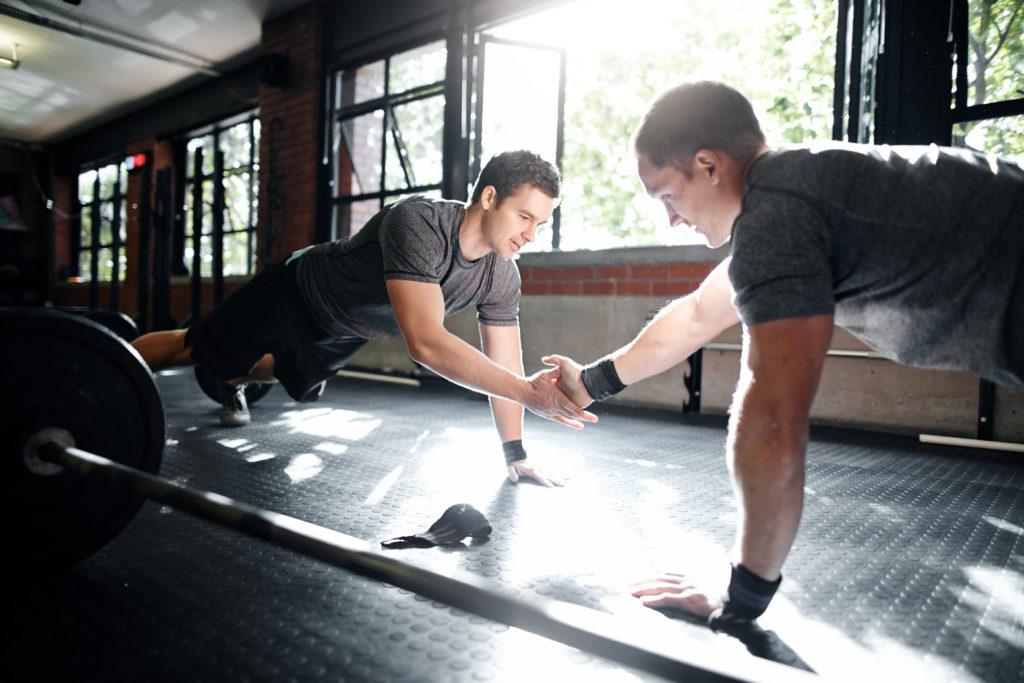 2 Hommes s'entraînant dans une salle de sport