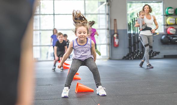 Enfants s'entraînant au CrossFit à la salle de sport Burpees Tours Sud